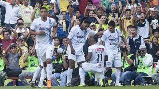 Ronaldinho entra no fim, faz dois e é aplaudido por rivais em goleada